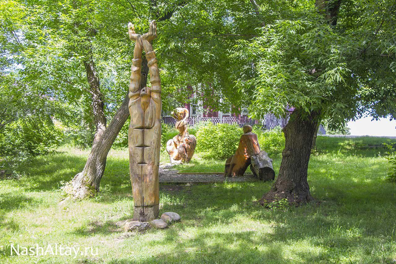 Парк деревянных скульптур в Сростках